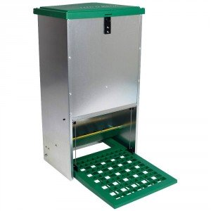 Feedomatic Geflügel Futterautomat mit Trittklappe schützt das Futter vor Wasser und Schädlingen.